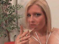 Um Calice De Esperma Para Melanie Moon Depois Da Orgia